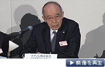 「世代交代を急ぐより、仕事に精通したベテランを」 トップ人事について田中副社長が説明した(30日、東証)