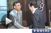 第2次補正予算案の衆院通過後、自民党の谷垣総裁(左)にあいさつする菅首相