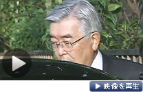 出勤前に記者の質問に答える東証の斉藤惇社長(7日午前)