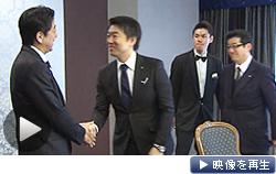 橋下大阪市長との会談に臨む安倍首相(左)。冒頭、医療分野の規制緩和などでやりとりがあった