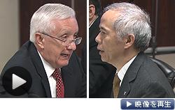 「国民に情報を十分に提供していない」。原子力改革監視委の委員長(左)が汚染水問題で東電を批判