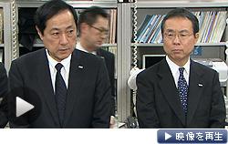 みずほ銀行の佐藤頭取(左)は4月1日付の退任を発表し、「社会を騒がせたことに対するけじめだ」と述べた