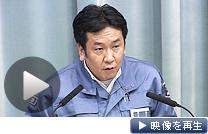 福島第1原発の周辺住民に避難指示を出す枝野官房長官(11日夜)