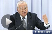 記者会見する日本経団連の米倉会長(11日、東京・大手町)