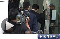 「フーズ・フォーラス」本社の家宅捜索に入る捜査員(6日、金沢市)