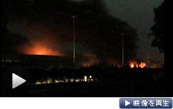 大規模な暴動が発生し、煙の上がったスズキのインド子会社の工場(18日夜)
