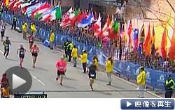 ボストン・マラソンのゴール付近で起きた爆発の瞬間。観客やランナーが巻き込まれた(15日)