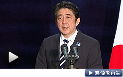 G8閉幕後の記者会見で、アベノミクスについて「強い期待と高い評価が得られた」と力説する安倍晋三首相(18日夜)