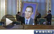 エジプト軍が憲法停止を発表。ムバラク前大統領の肖像画が外された(13日)